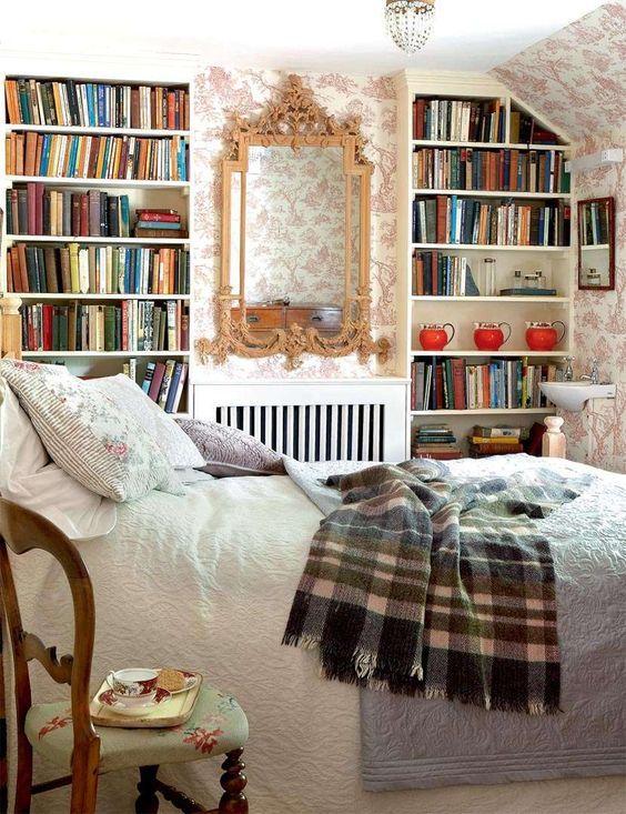 Französisches Landschlafzimmer mit eingebauten Bücherregalen