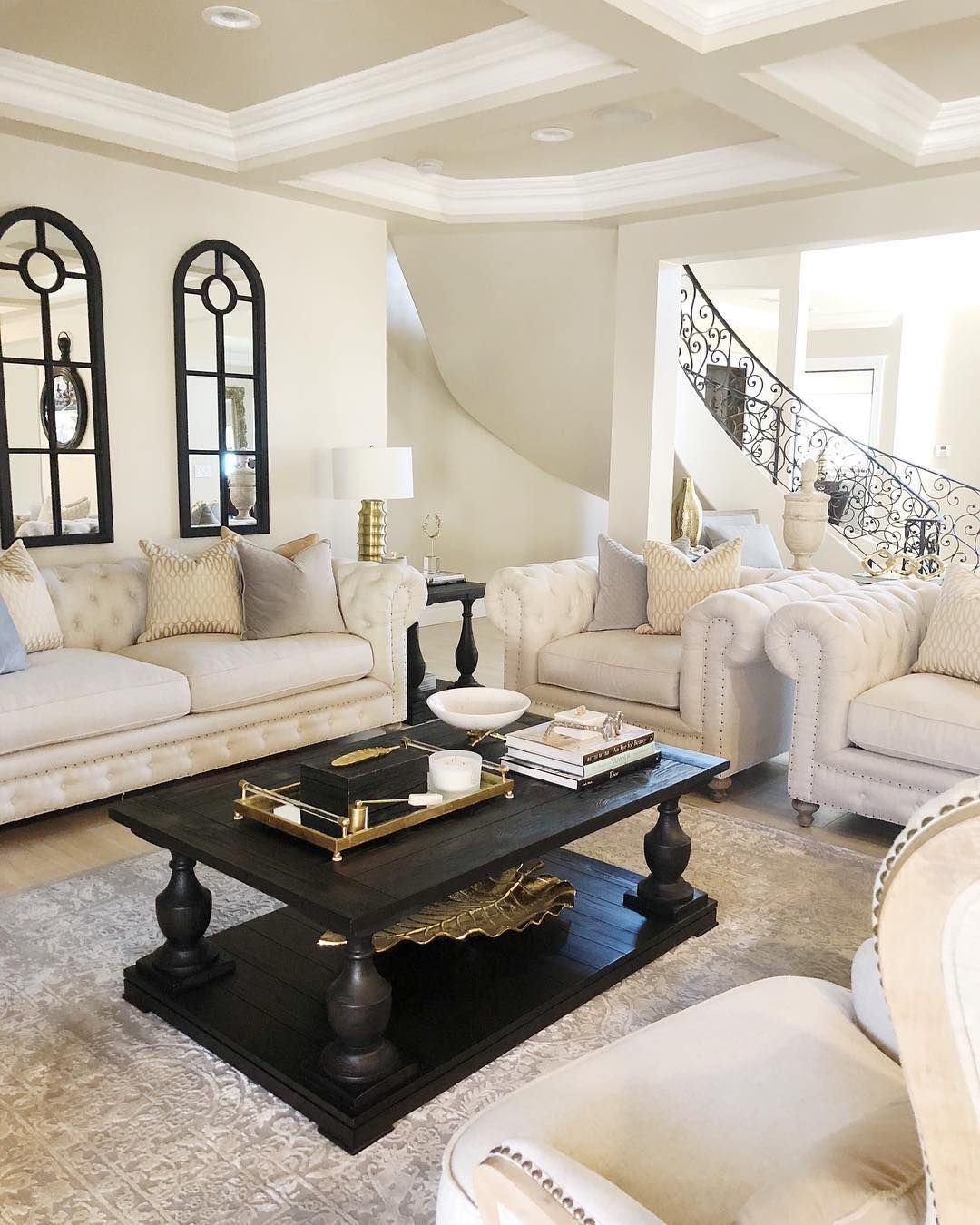 Glam Wohnzimmer Dekor mit beige und schwarzem Interieur und französischer Eisentreppe @myhome_myinterior
