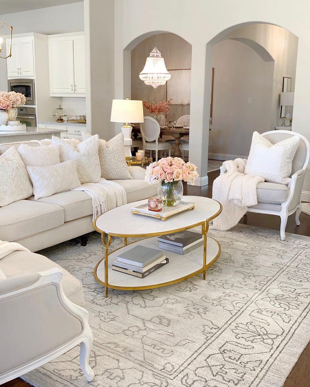 Glam Living Room Decor mit frischen rosa Rosen und weißem ovalen Couchtisch via @thedecordiet