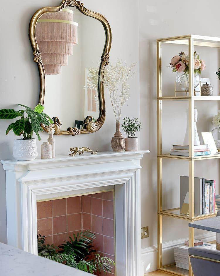 Glam Living Room Decor mit goldenem Metall-Bücherregal via @swoonworthyblog