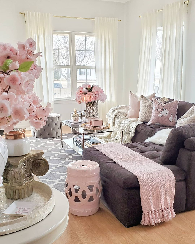 Glam Living Room Design mit weißem Keramik-Gartenhocker via @ chic.interior.design