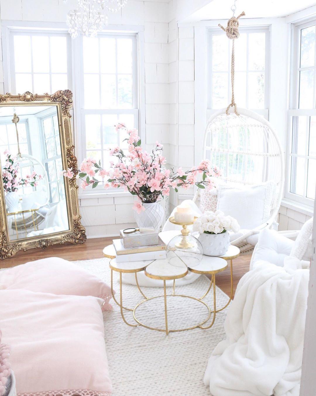 Glam Living Room Design mit antikem französischen Bodenspiegel und Kirschblüten via @tanyarng