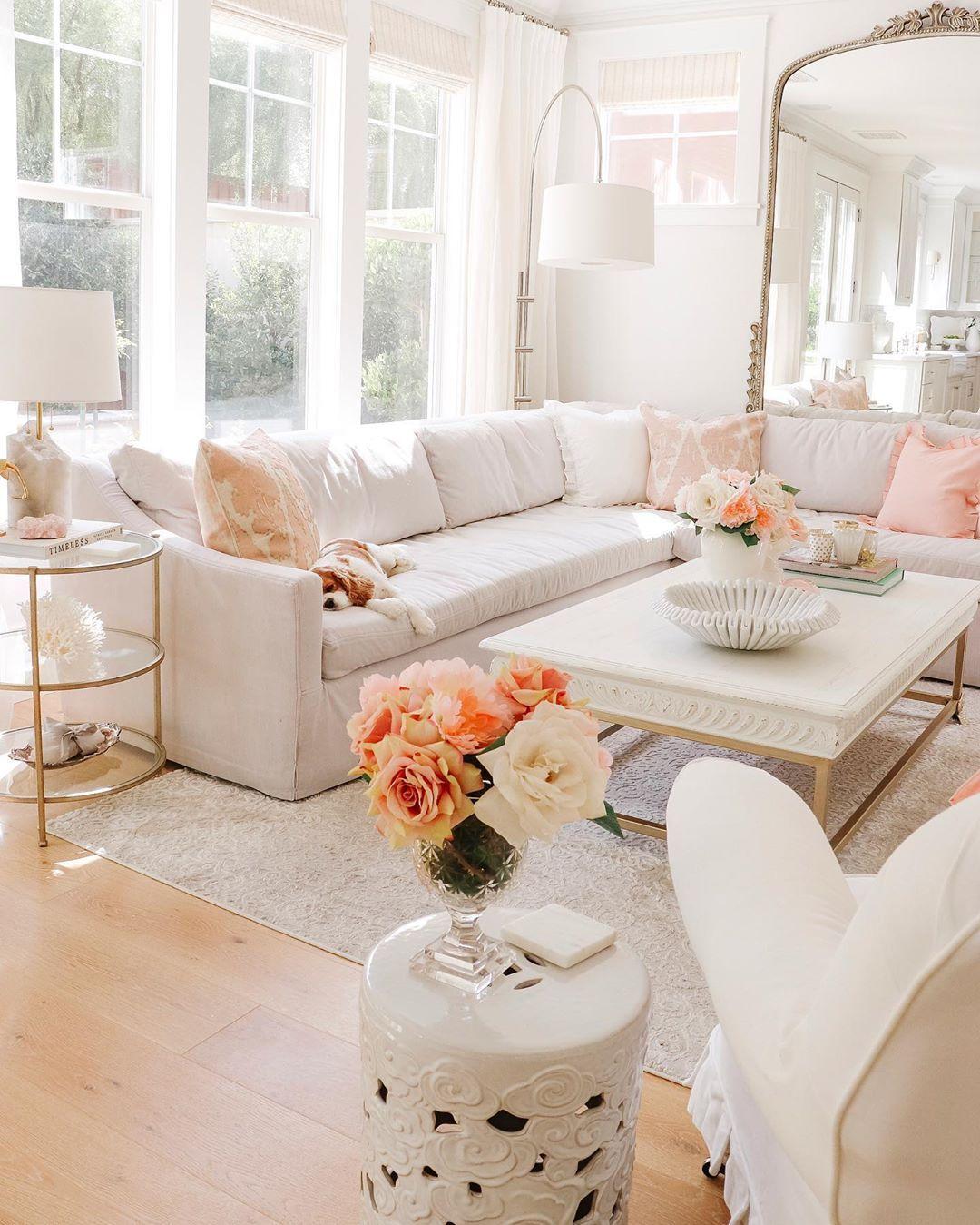 Glam Living Room mit beigem Schnittsofa via @kristywicks