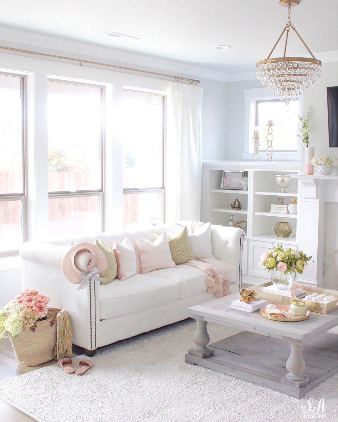 Glam Living Room mit Kristallleuchter via @summeradamsdesigns