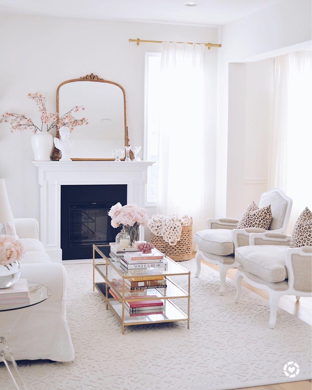 Glam Wohnzimmer mit französischem Spiegel und antiken Akzentstühlen via @ the.pink.dream