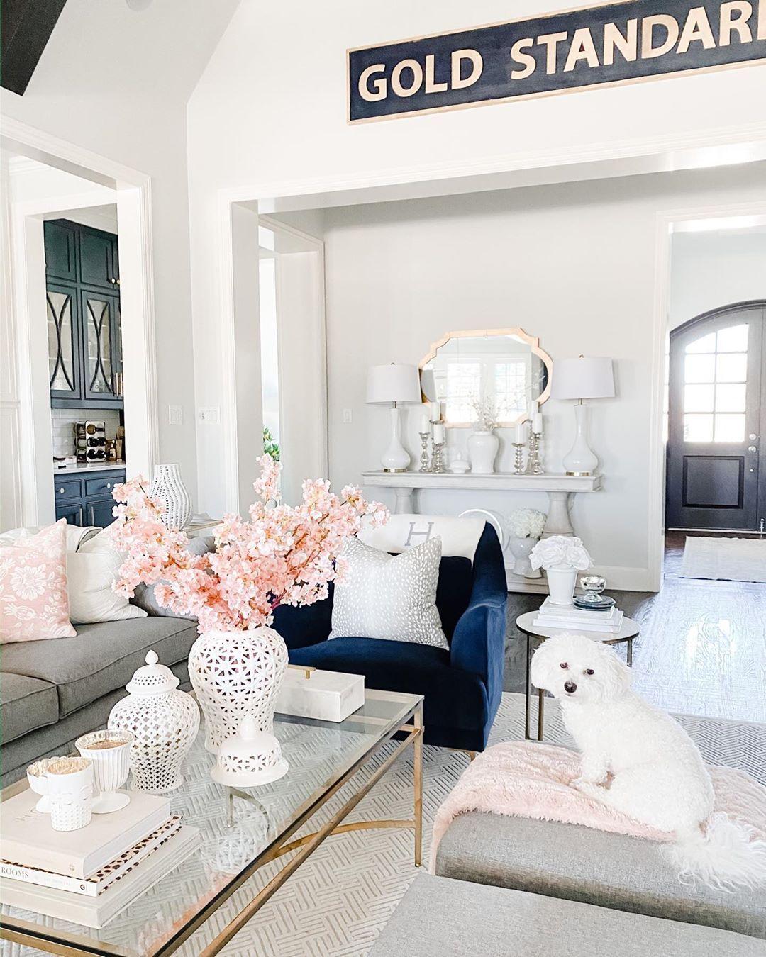Glam Wohnzimmer mit Goldrahmen Glas Couchtisch via @shannongolddesign