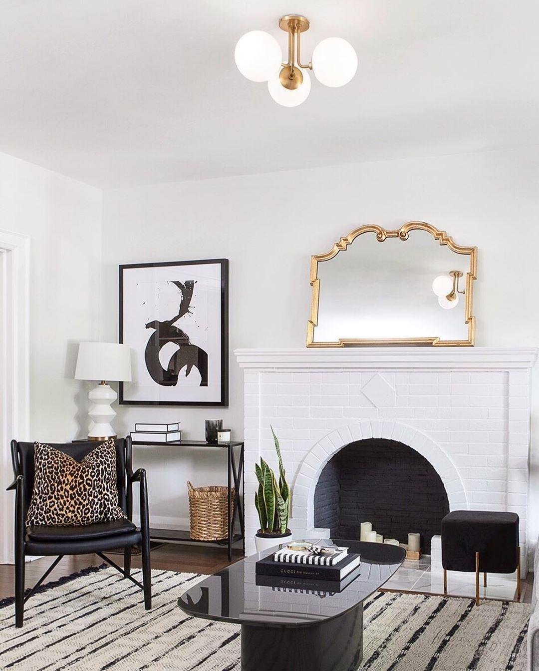 Glam Wohnzimmer mit Goldspiegel via @kielyramosphoto und Joey Vogel Design