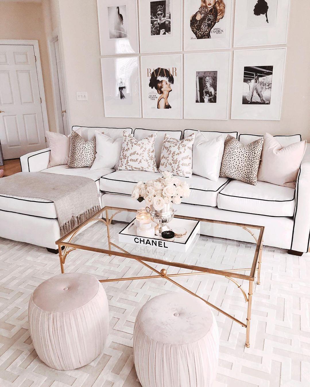 Glam Living Room mit Haute Couture Art und Büchern via @xolexpyfrom