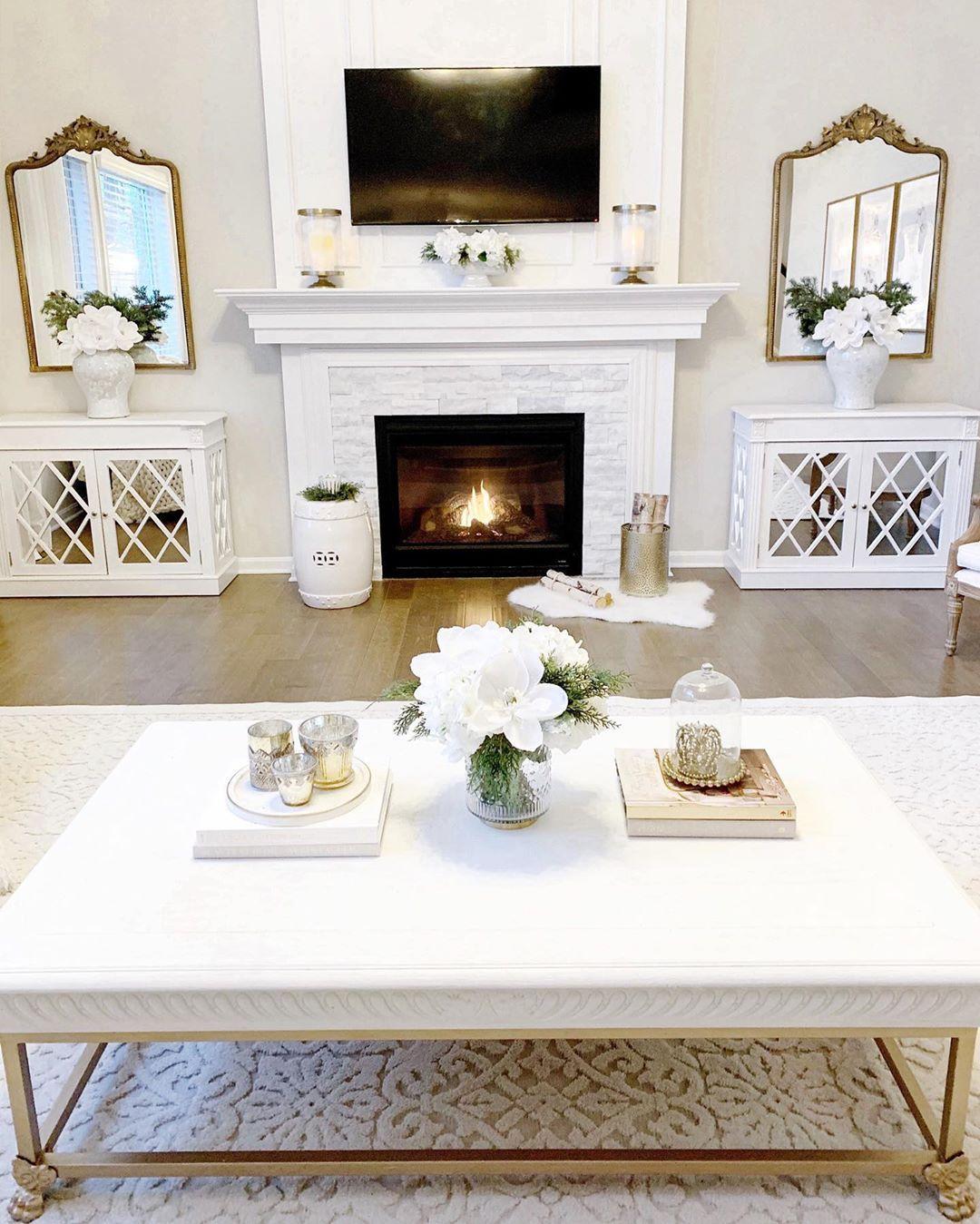 Glam Wohnzimmer mit passenden goldenen Spiegeln um den Kamin via @kathrynpackard