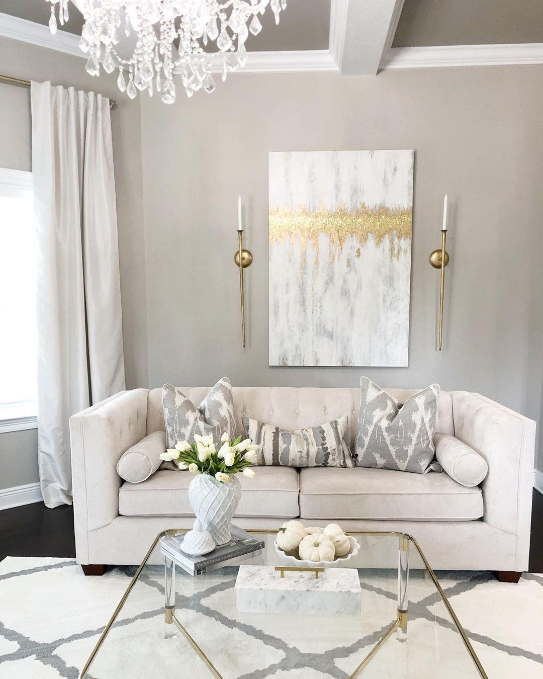 Glam Living Room Design mit metallischer Kunst via @saltgrassdecor
