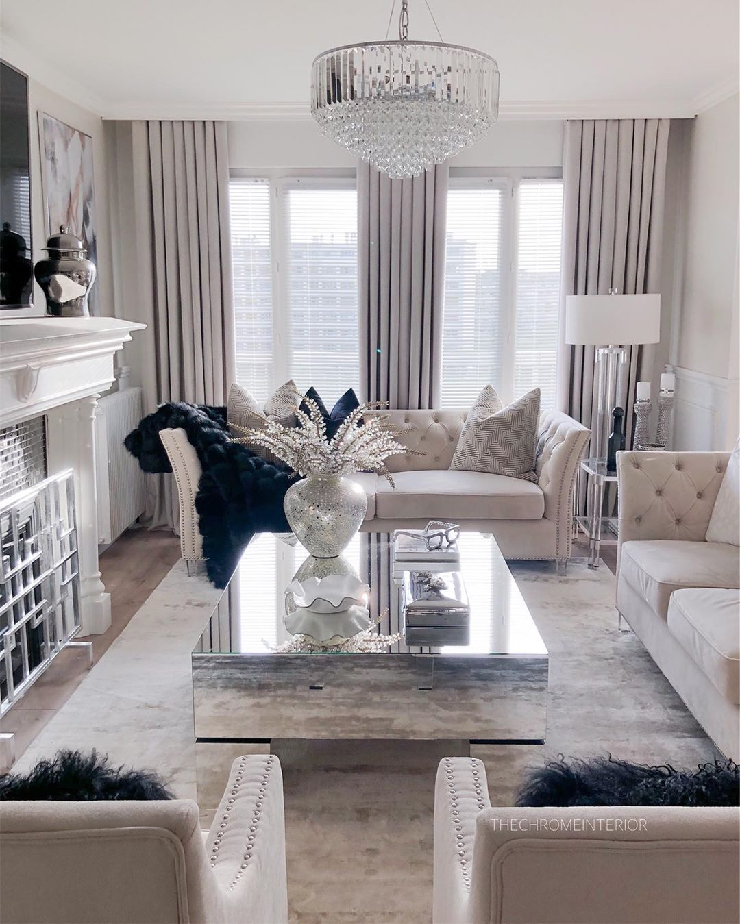 Glam Wohnzimmer mit gespiegeltem modernen Couchtisch via @thechromeinterior