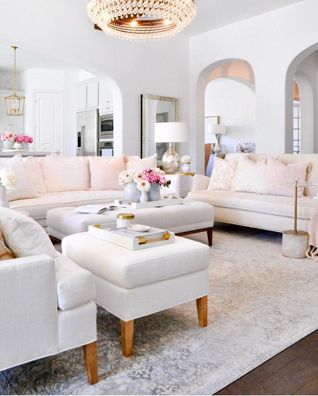 Glam Living Room mit Osmanen als Couchtische via @decorgold
