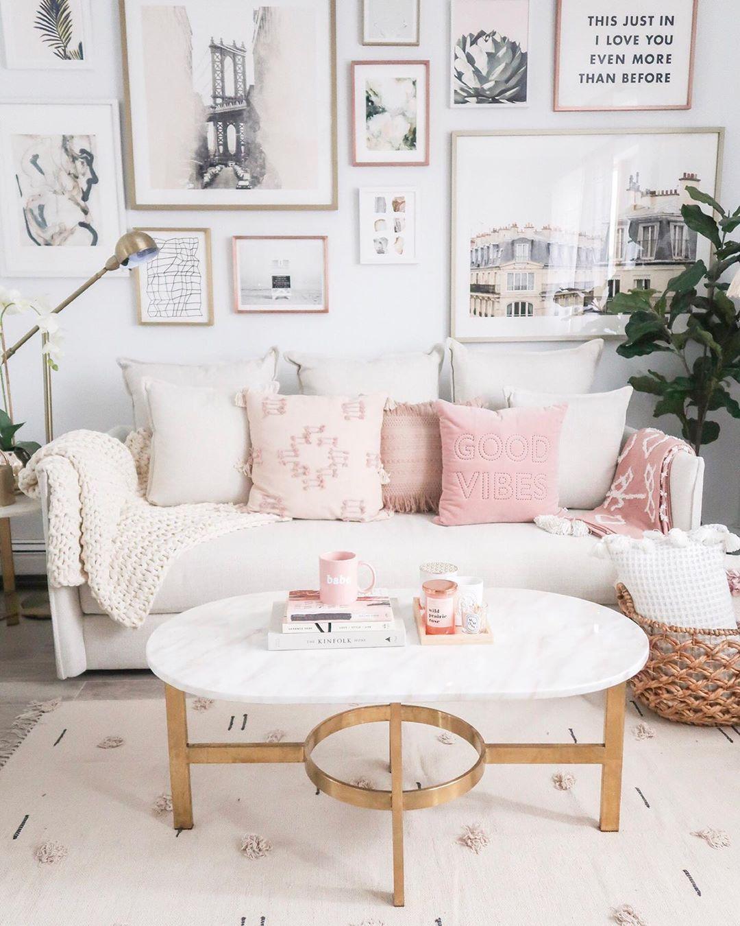 Glam Wohnzimmer mit rosa Kissen auf einer beige Couch via @teresalaucar