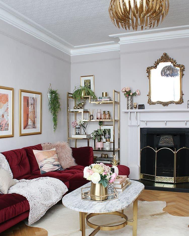 Glam Wohnzimmer mit rotem Samt Sofa via @swoonworthyblog