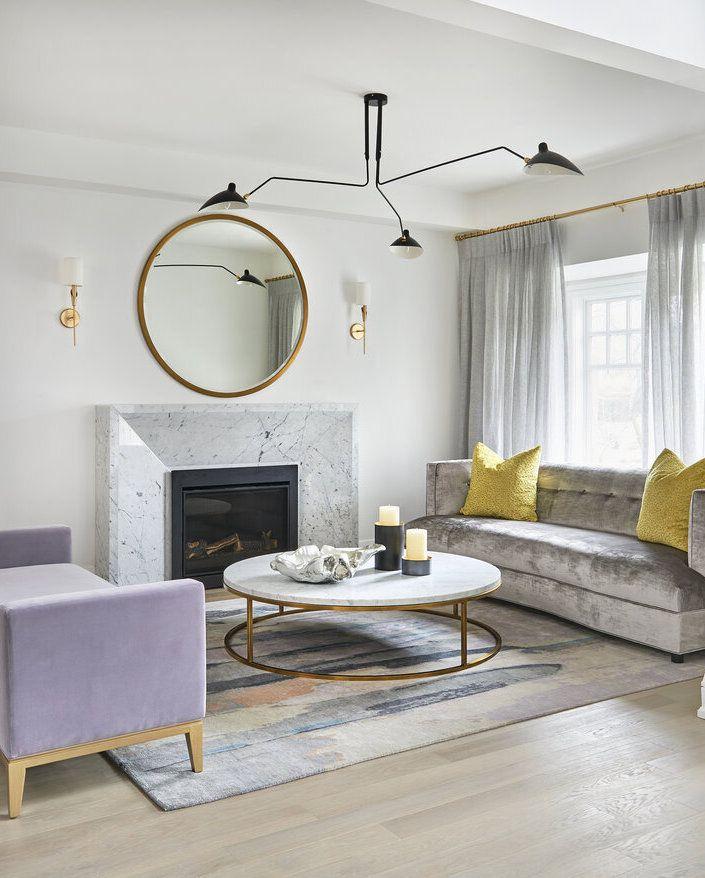 Glam Wohnzimmer mit rundem Marmor Couchtisch über Ali Budd Interiors