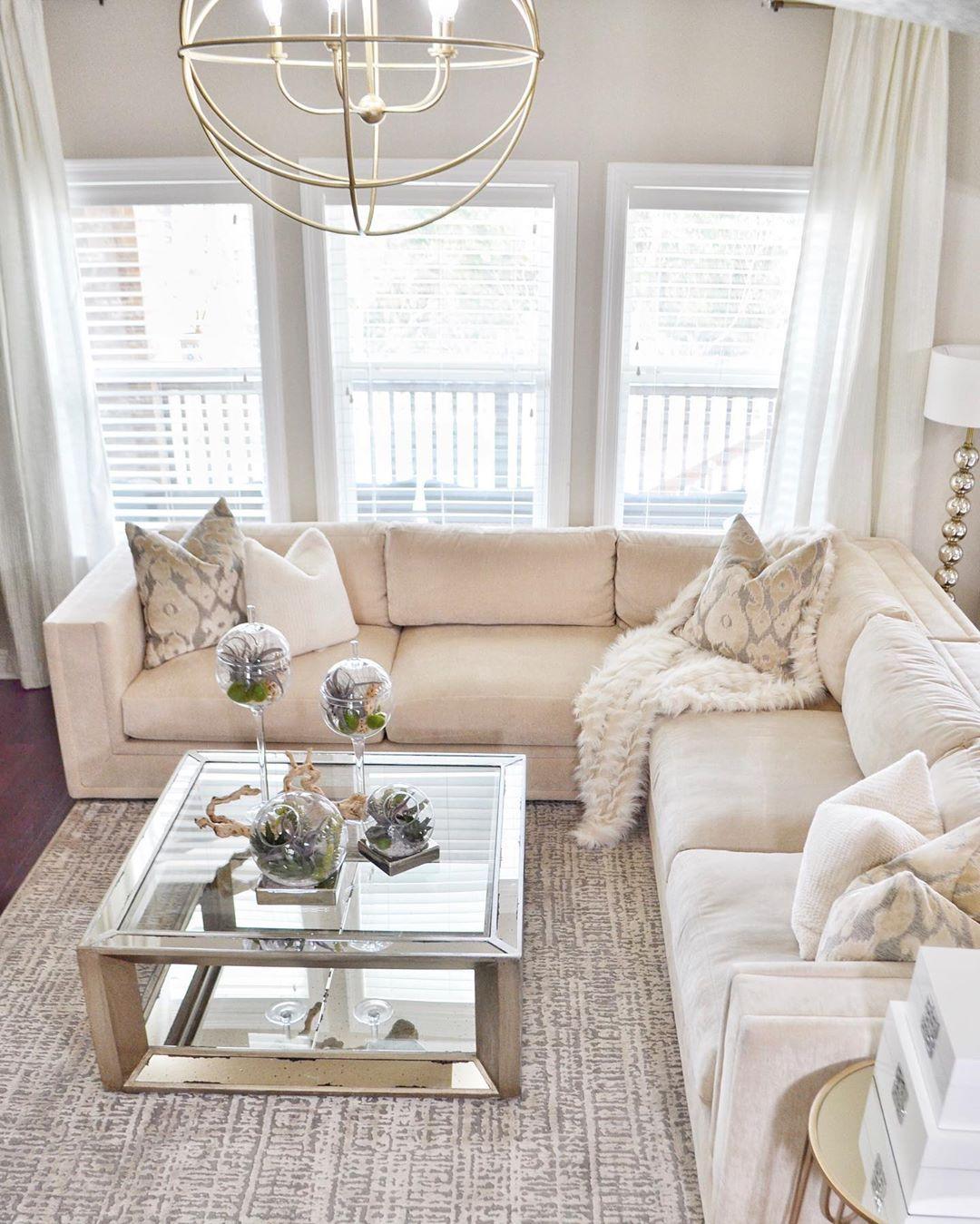 Glam Wohnzimmer mit silbernem Couchtisch via @saltgrassdecor