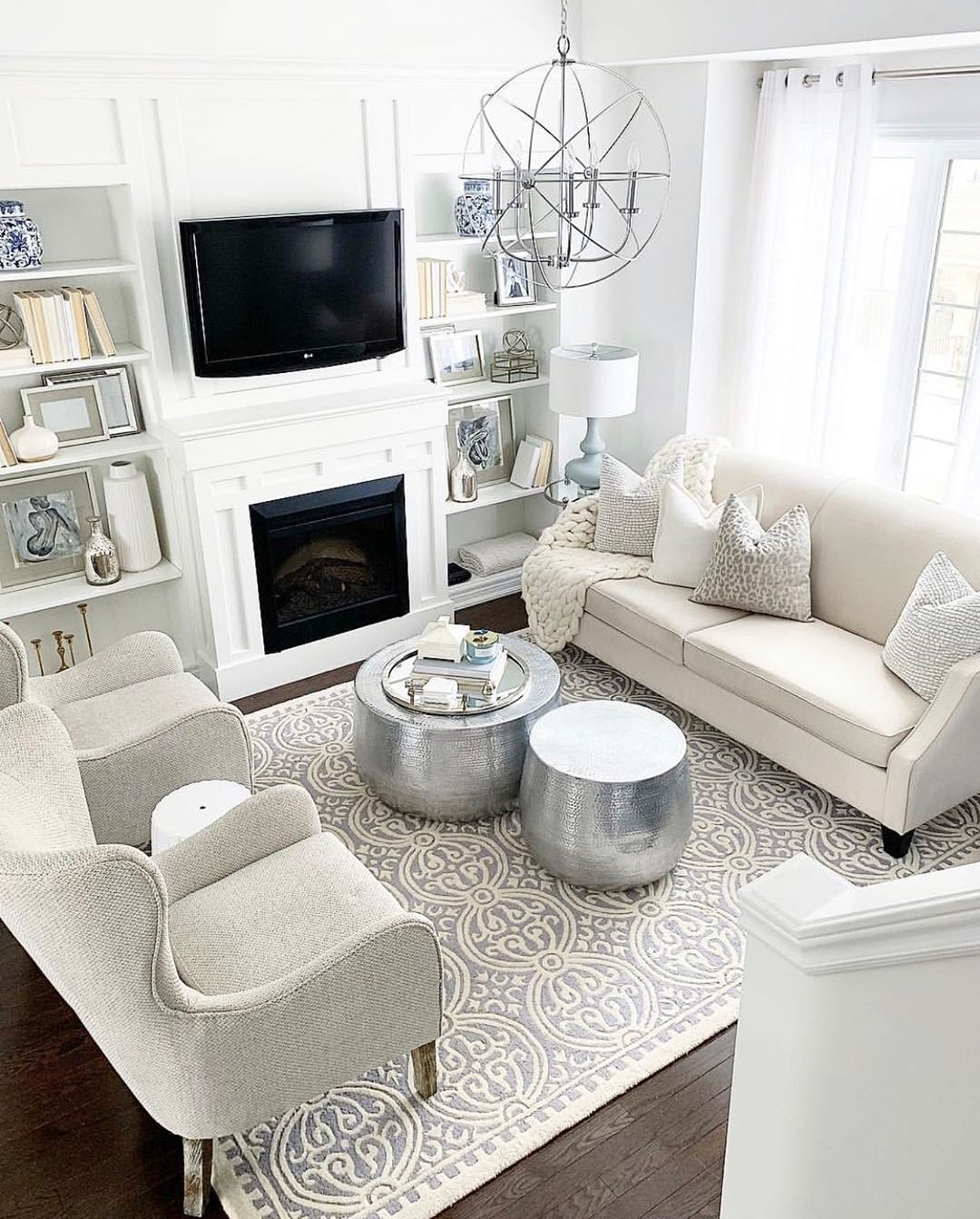 Glam Wohnzimmer mit silbernen Möbeln und Dekor via @ p.arruda