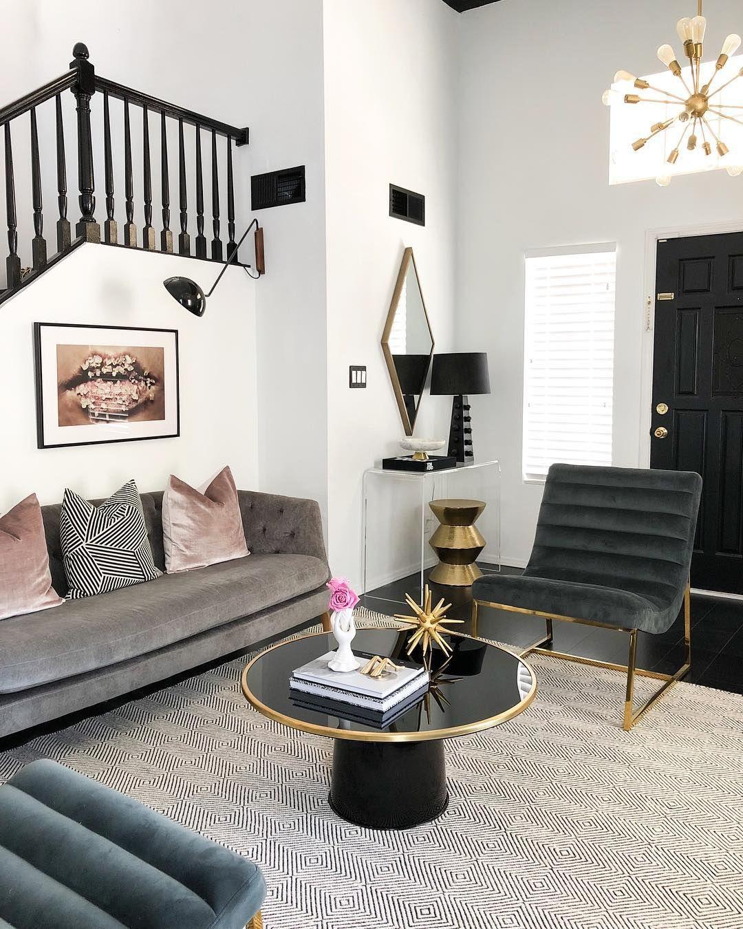Glam Wohnzimmer mit schwarz-goldenen Couchtisch über @the_beautiful_savages