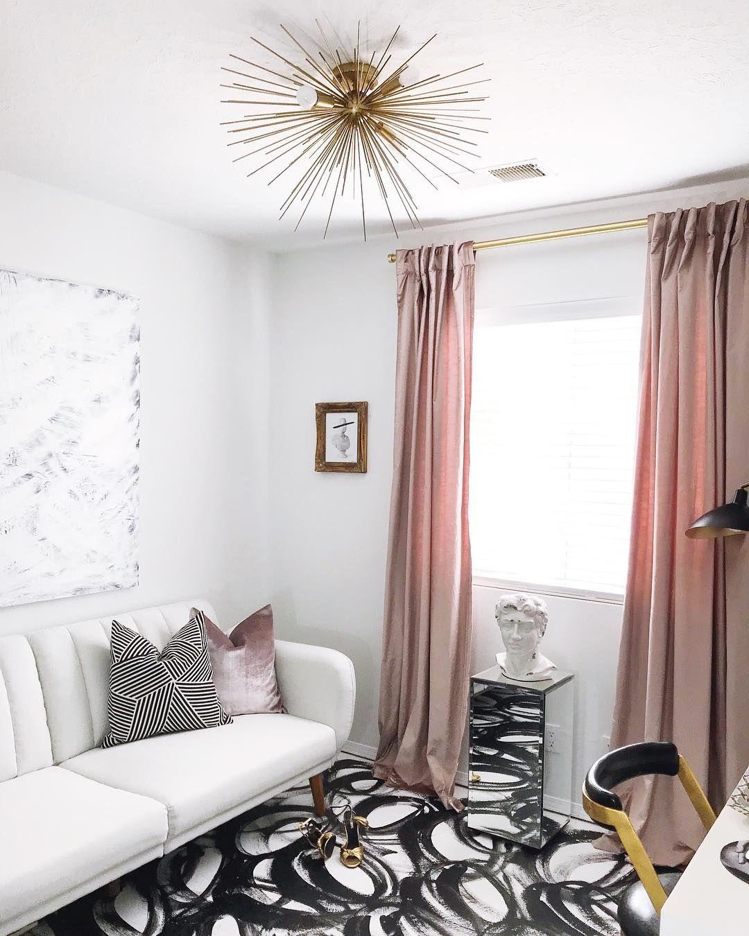 Glam Living Room mit rosa Vorhängen und Starburst-Kronleuchter über @the_beautiful_savages
