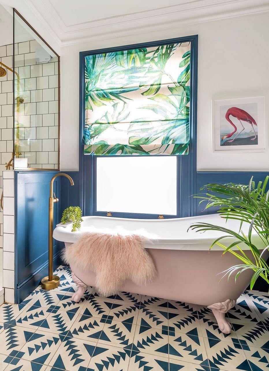 Rosa Flamingo-Wandkunst in einem tropischen Badezimmer mit einer weichen rosa Badewanne über @threeboysandapinkbath
