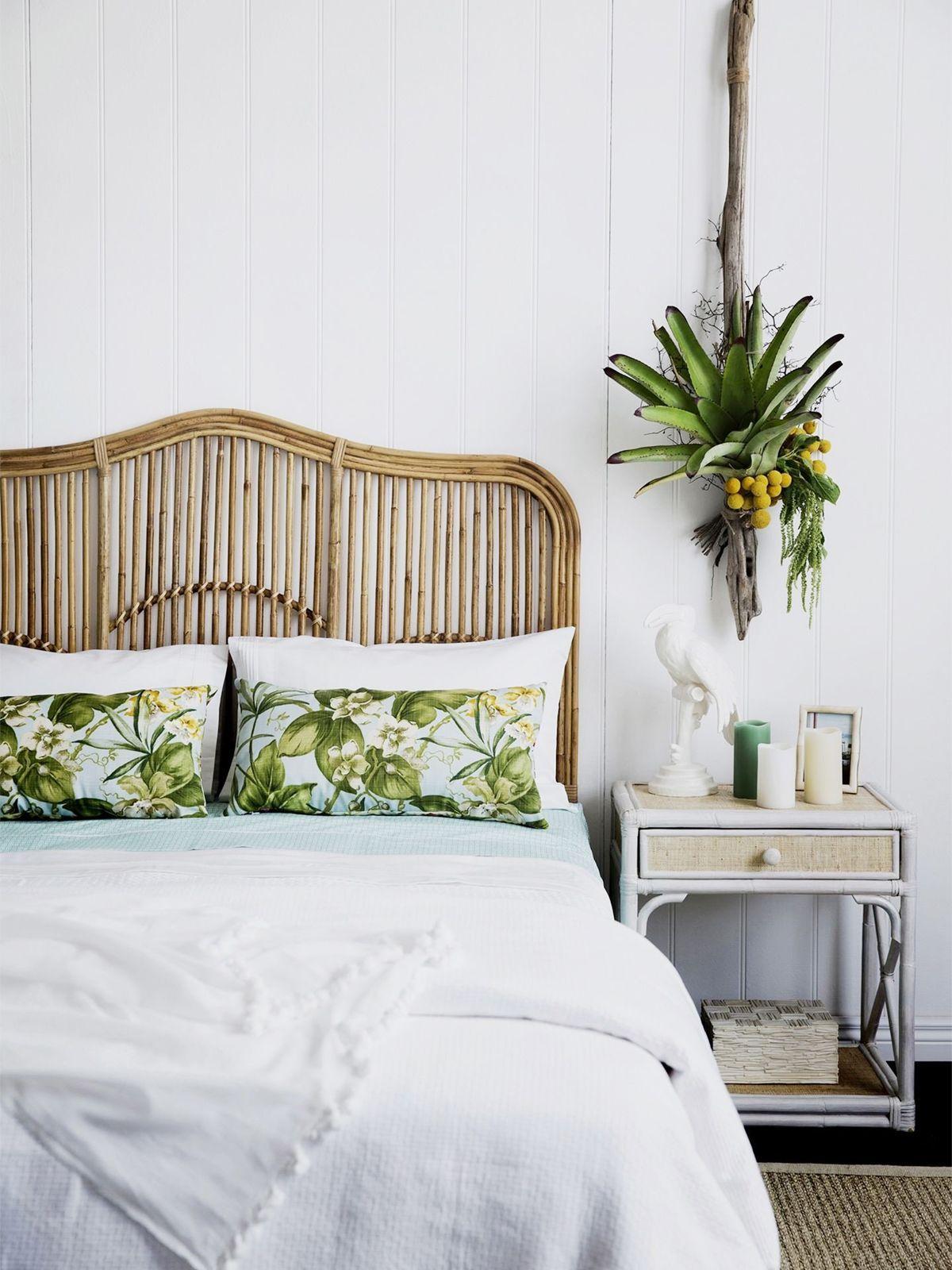 Rattan Furniture Tropical Decor - Schlafzimmer mit Rattan-Kopfteil und Palmblattkissen über homestolove.com.au