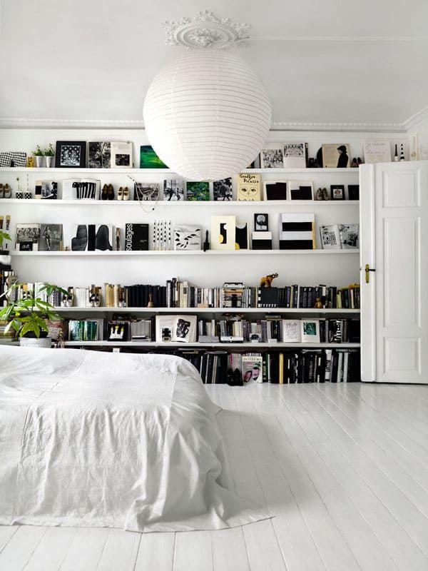 Skandinavisches Schlafzimmer mit Bücherregalen an der Wand