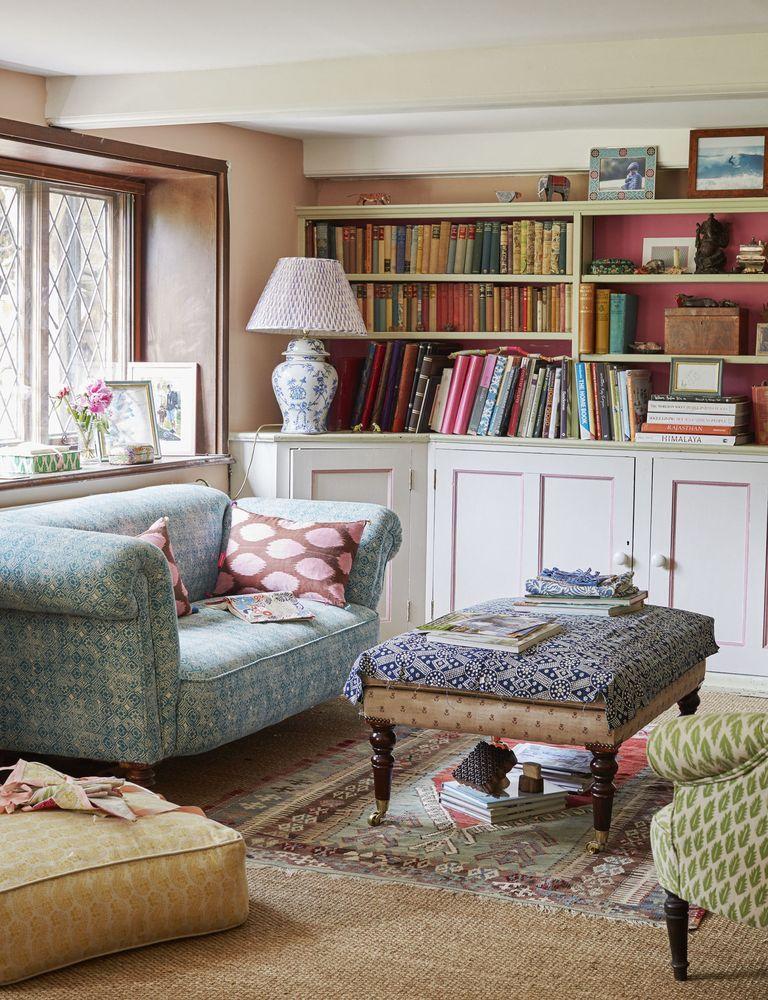Englisches Landwohnzimmer mit eingebauten Bücherregalen über Molly Mahon