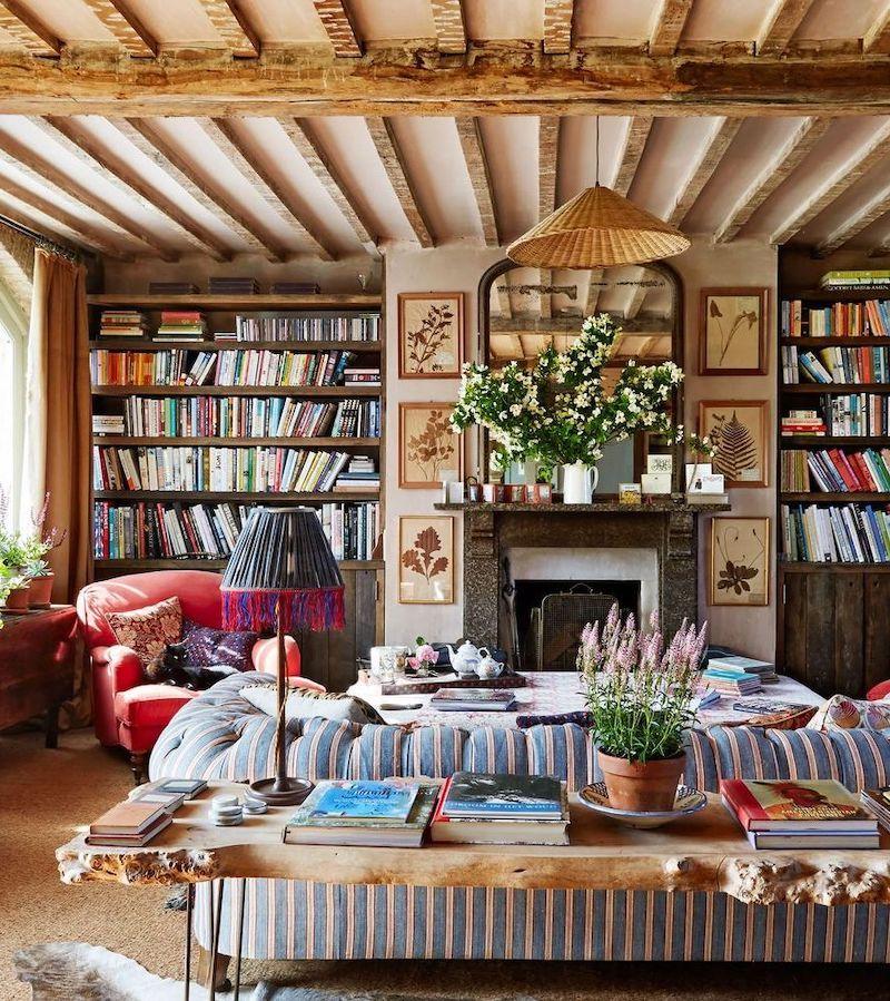 Englisches Landwohnzimmer mit freiliegenden Holzdeckenbalken über Amanda Brooks Architectural Digest