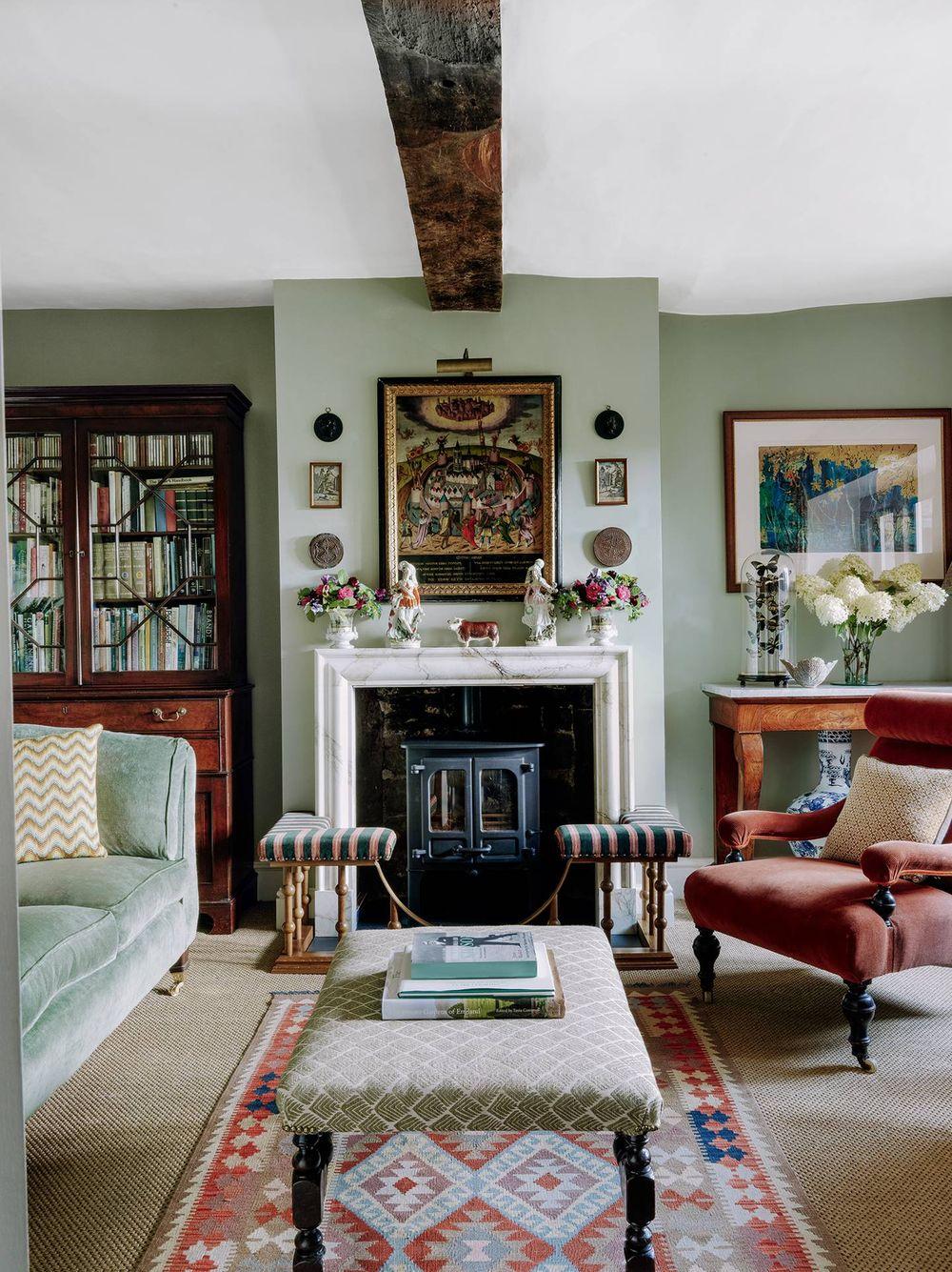 Englisches Landwohnzimmer mit Kaminverkleidung über Charles O'Connor und Edward Greenall House and Garden