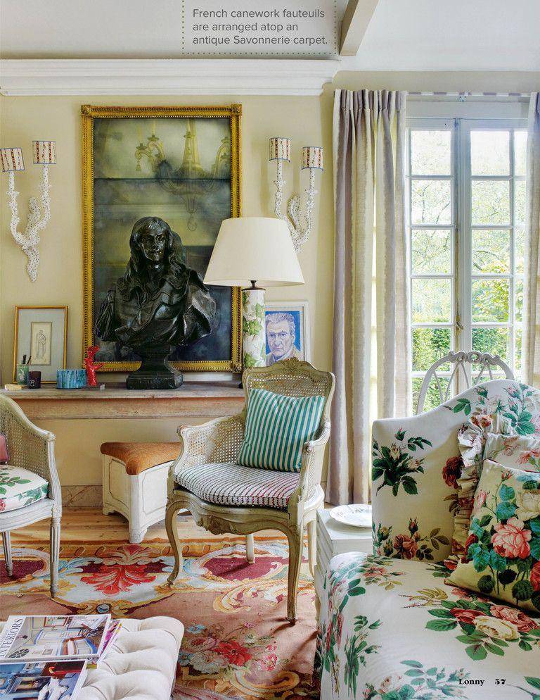 Englisches Landwohnzimmer mit Blumensofas über Lonny März 2013
