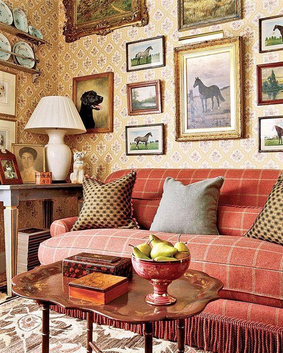 Englisches Landwohnzimmer mit Galeriewand und Korallensofa gegen gedruckte Tapete und Galeriewand über traditionelles Zuhause