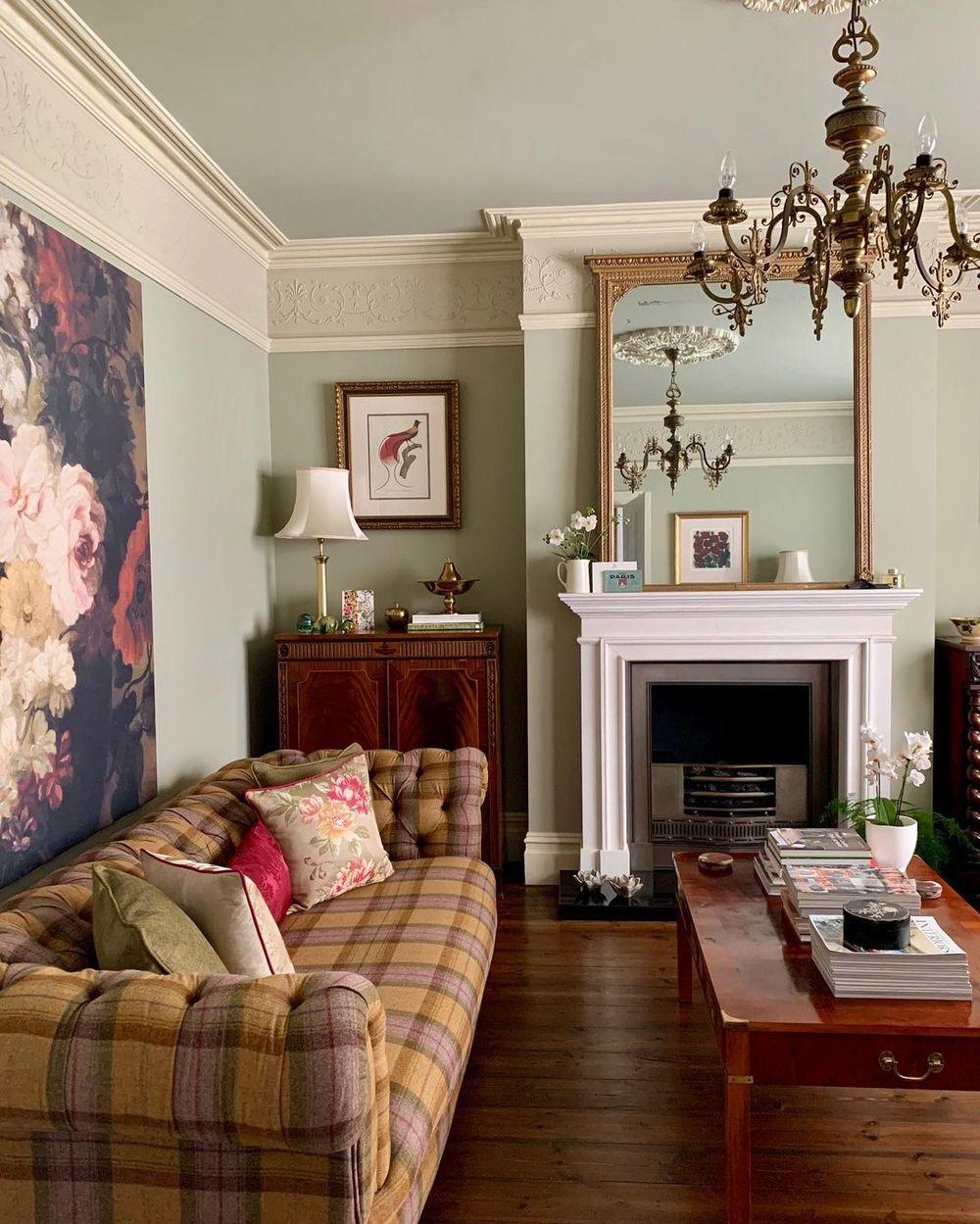 Englisches Landwohnzimmer mit karierter Couch via @claremariedesign