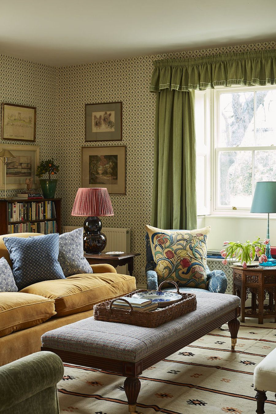 Englisches Landwohnzimmer mit Plüschsitzen und gemusterter Tapete über Rita Konig