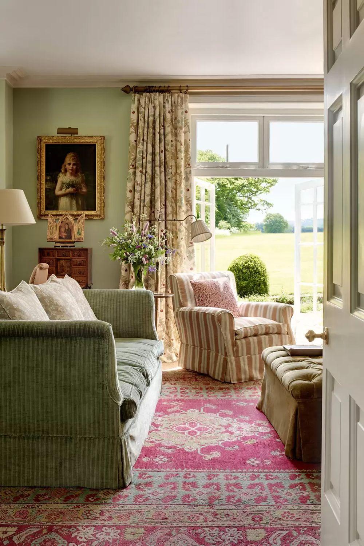 Englisches Landwohnzimmer mit Rockmöbeln über Rupert und Anna Bradstock