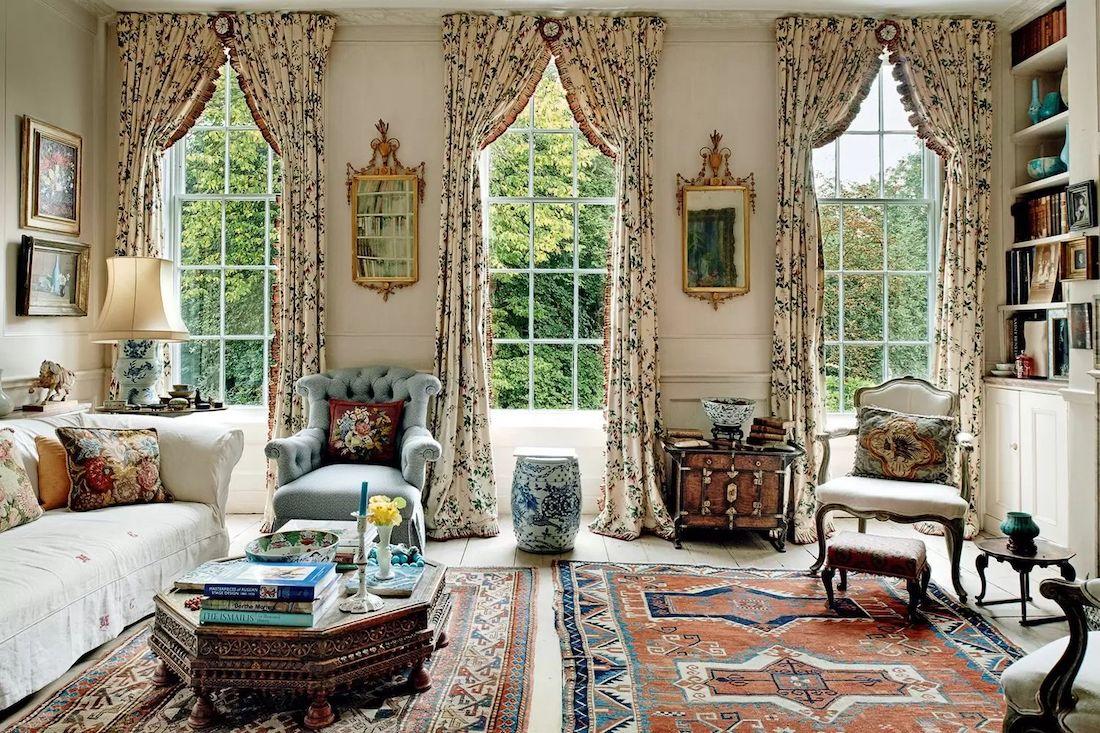 Englisches Landwohnzimmer mit dicken Blumenvorhängen